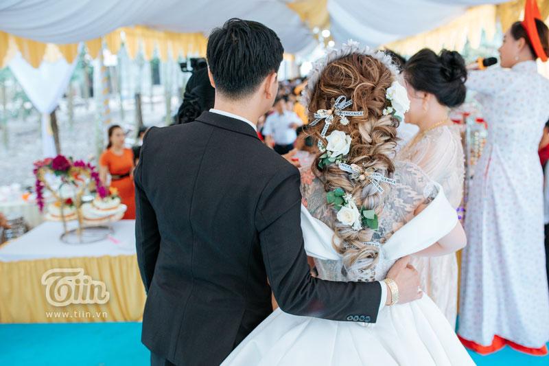 Cô dâu và những hình xăm lồ lộ khi diện váy cưới trắng.
