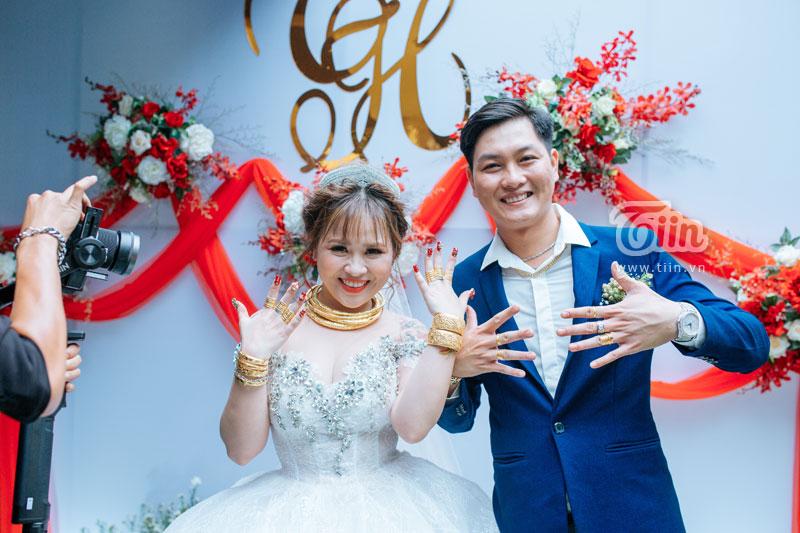 Cô dâu xăm trổ Bình Dương cùng chú rể khoe vàng trĩu cổ trong ngày cưới 2