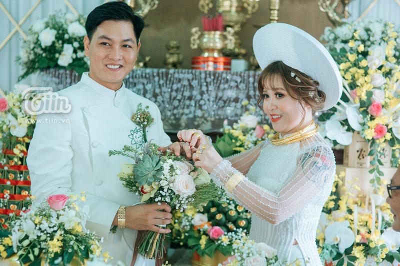 Cặp đôi 9X rạng rỡ trong ngày cưới.
