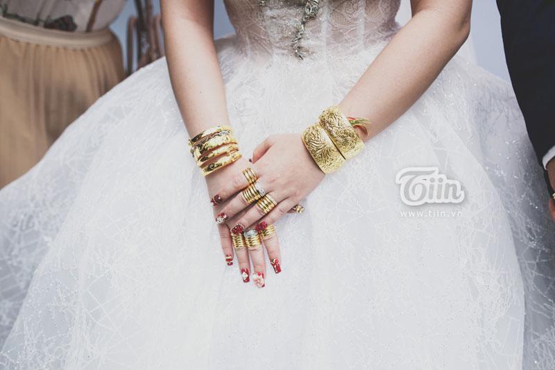Vàng lóng lánh trên những ngón tay bụ bẫm của cô dâu.
