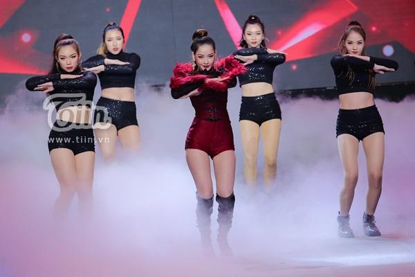 Tạo hình xinh đẹp, sexy của nữ ca sĩ Đóa hoa hồng trên sân khấu chung kết The Face Việt Nam 2018
