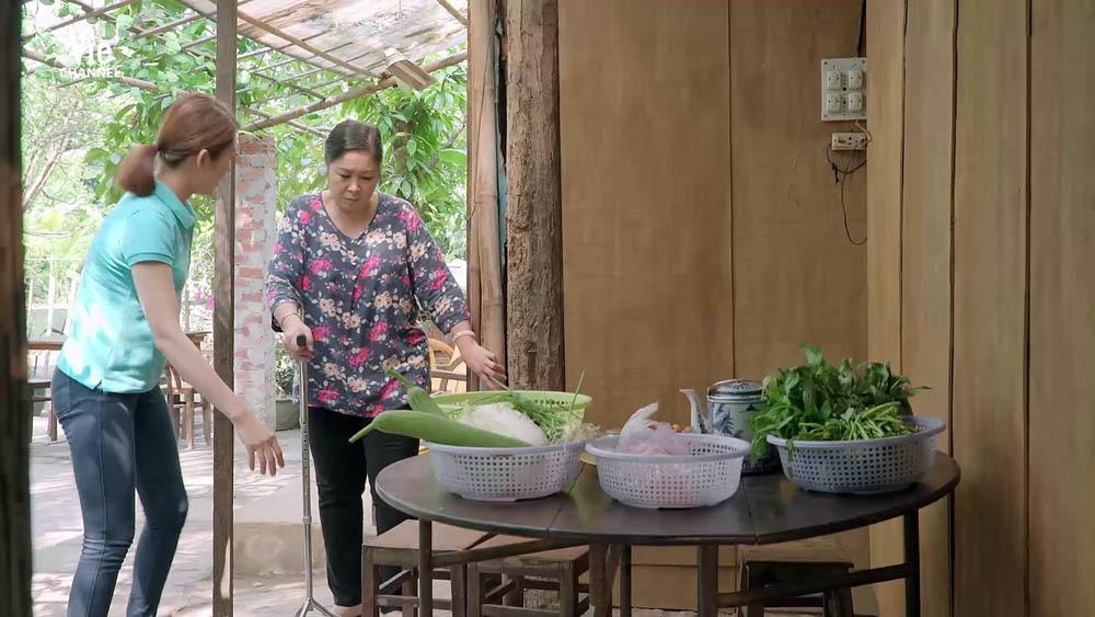 Bà Mai tự nấu ăn mang đến bệnh viện thăm Hương
