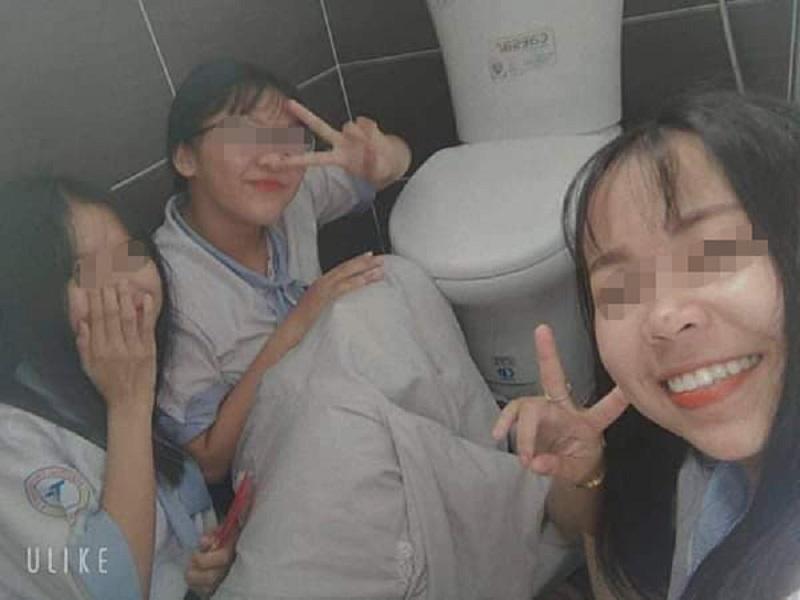 Nhà vệ sinh trường học biến thành nơi tâm sự, check in của các bạn học sinh.