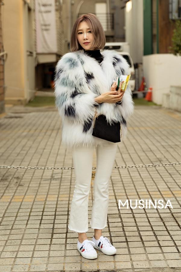 Để khoe khéo đôi chân dài đồng thời vẫn thể hiện được phong cách trẻ trung, sang chảnh, cô nàng này đã diện áo lông với quần jean và giày thể thao ton sur ton trắng.