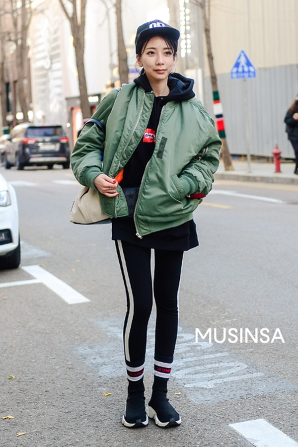 Một bộ trang phục mang đậm tinh thần sporty với combo áo hoodie nỉ, quần thể thao kẻ sọc và bomber jacket. Giày sneaker cùng mũ snap back là những phụ kiện lý tưởng để hoàn thiện bộ cánh street style này.