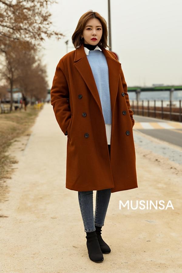 Công thức áo dạ dáng dài + áo len + quần skinny jean có vẻ rất được lòng các tín đồ thời trang xứ kim chi mùa đông này. Để set đồtrở nên hoàn hảo, bạn đừng quên nhấn nhá thêm phụ kiện là một đôi ankle boots - vừa ấm áp lại vừa sành điệu.