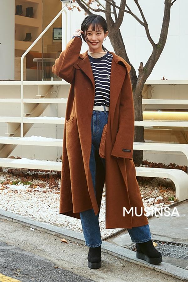 Nếu không thích diện áo khoác dạ cùng quần skinny và áo len, bạn vẫn còn sự lựa chọn khác là mix với áo thun kẻ sọc và quần ống loe.