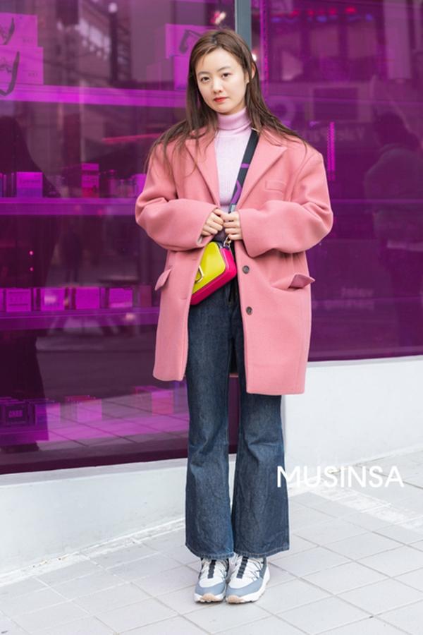 Một điều dễ dàng nhận ra là bên cạnh áodạ dáng dài, các bạn trẻ xứ Hàn còn rất chuộng diện những item dáng ngắn có màu sắc trẻ trung, ngọt ngào.