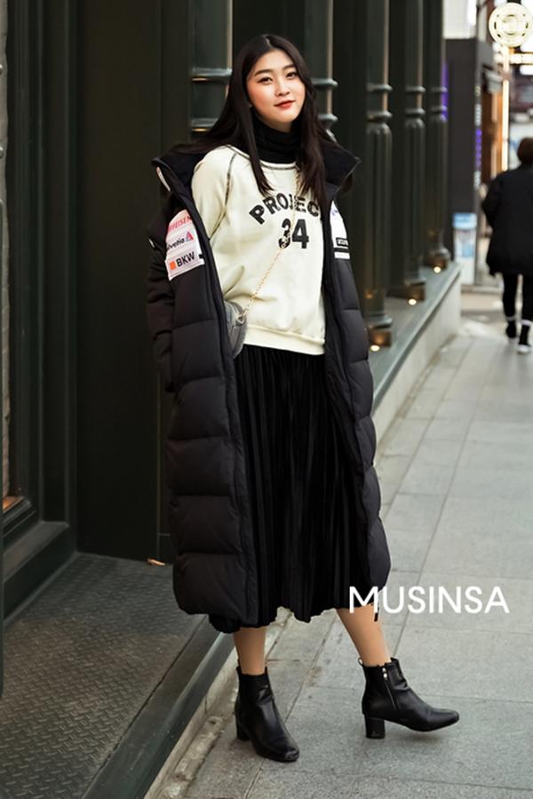 Có rét buốt như thế nào nữa nhưng nếu sở hữu ciếc áo phao dáng dài to sụ này, bạn gái vẫn có thể vô tư tung tăng dạo phố.