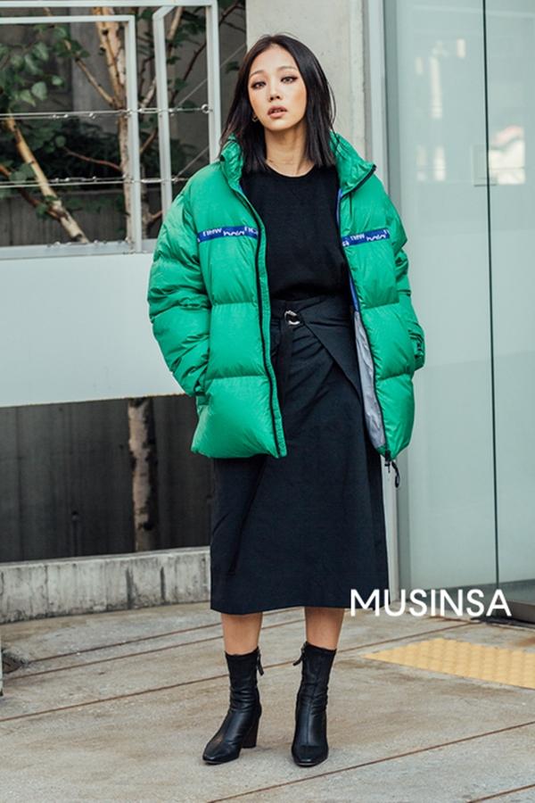 Áo phao dáng ngắn được nhiều bạn trẻ xứ Hàn yêu thích vì không chỉ giữ ấm tốt mà còn đem lại vẻ trẻ trung, năng động. Bên cạnh những gam màu trung tính quen thuộc, bạn có thể chọn thêm các kiểu áo tông màu rực rỡ, nổi bật.