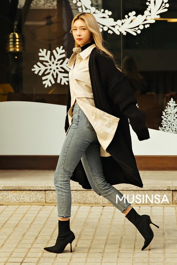 Cô nàng này mang đến bí kíp kéo dài chân siêu hiệu quả với quần jeans cạp cao và ankle boots mũi nhọn màu đen. Đây cũng là công thức 'đinh' được nhiều fashion icon đình đám áp dụng. Ngoài ra, cách mix layer áo cổ lọ, sơ mi cùng áo khoác cardigan cũng góp phần tạo thêm phần phá cách cho vẻ ngoài.