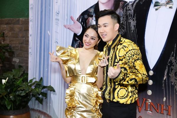 Trong buổi tiệc do Mr. Đàm chuẩn bị từ trước, nữ ca sĩ Bảo Anh đến chung vui cùng Dương Triệu Vũ cũng chọn bộ trang phục màu vàng.