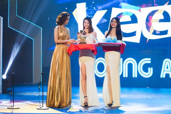 Mỹ Linh khoe trọn lưng trần, vai thon trên thảm đỏ Keeng Young Awards 2018 5