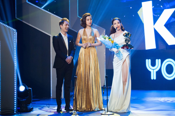 Một số khoảnh khắc khác khi người đẹp Hà thành đứng trên sân khấu trao giải cùng ca sĩ Đăng Khôi và người chiến thắng ở hạng mụcCa khúc nhạc Dance -ca sĩ Đông Nhi