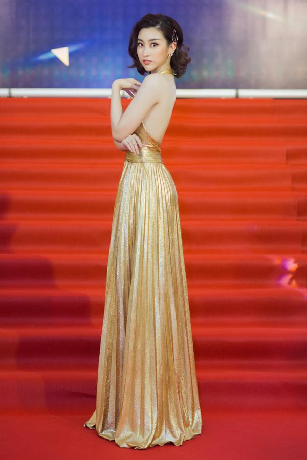 Chiếc váy mà Đỗ Mỹ Linh diện không có quá nhiều họa tiết cầu kỳ, dư thừa. Thay vào đó, thiết kế này có màu vàng sequin chủ đạo, làm nổi bật làn da trắng như sứ của người đẹp Hà thành.