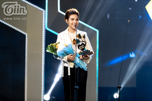 'Lụi tim' với chùm ảnh nhiều cảm xúc của Vũ Cát Tường trên sân khấu Keeng Young Awards 2018 1