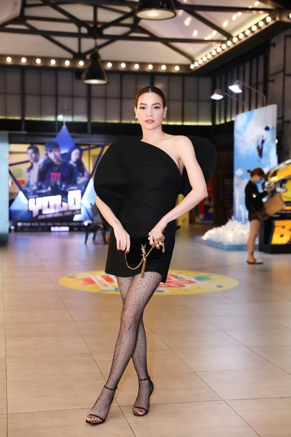 Nữ ca sĩ Destinykhéo léo mix tất lưới da với đôi giày cao gót dây mảnh, kết hợp với ví cầm tay đơn giản của YSL khiến tổng thể bộ trang phục hài hòa, cực bắt mắt