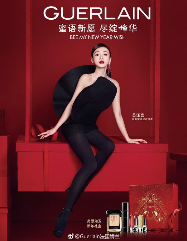 Cách mix trang phục tương tự Hồ Ngọc Hà, tuy nhiên, thay vì sử dụng tất lưới da, nàng 'Ngụy Anh Lạc' lại sử dụng tất đen dày làm cho thân hình 'mình dây' của cô càng lộ rõ, đặc biệt là phần xương vai kém sức sống khiến nữ diễn viên thiếu thần thái sang trọng.