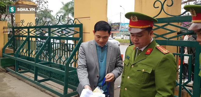 BS Hoàng Công Tính, chú của BS Hoàng Công Lương, đến tòa với tư cách nhân chứng.
