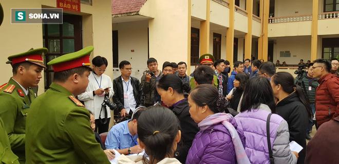 Rất đông người dân đã tới theo dõi phiên tòa.