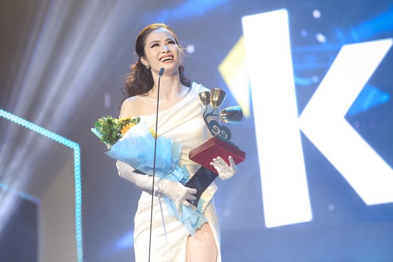 Đông Nhi nhận giải Ca sĩ của năm và không quyên hướng ánh mắt lên phía các fan của mình trên khán đài.