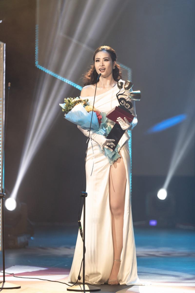 Fanclub nức lòng vì một câu nói của Đông Nhi khi nhận giải 'Ca sĩ của năm' tại Keeng Young Awards 1
