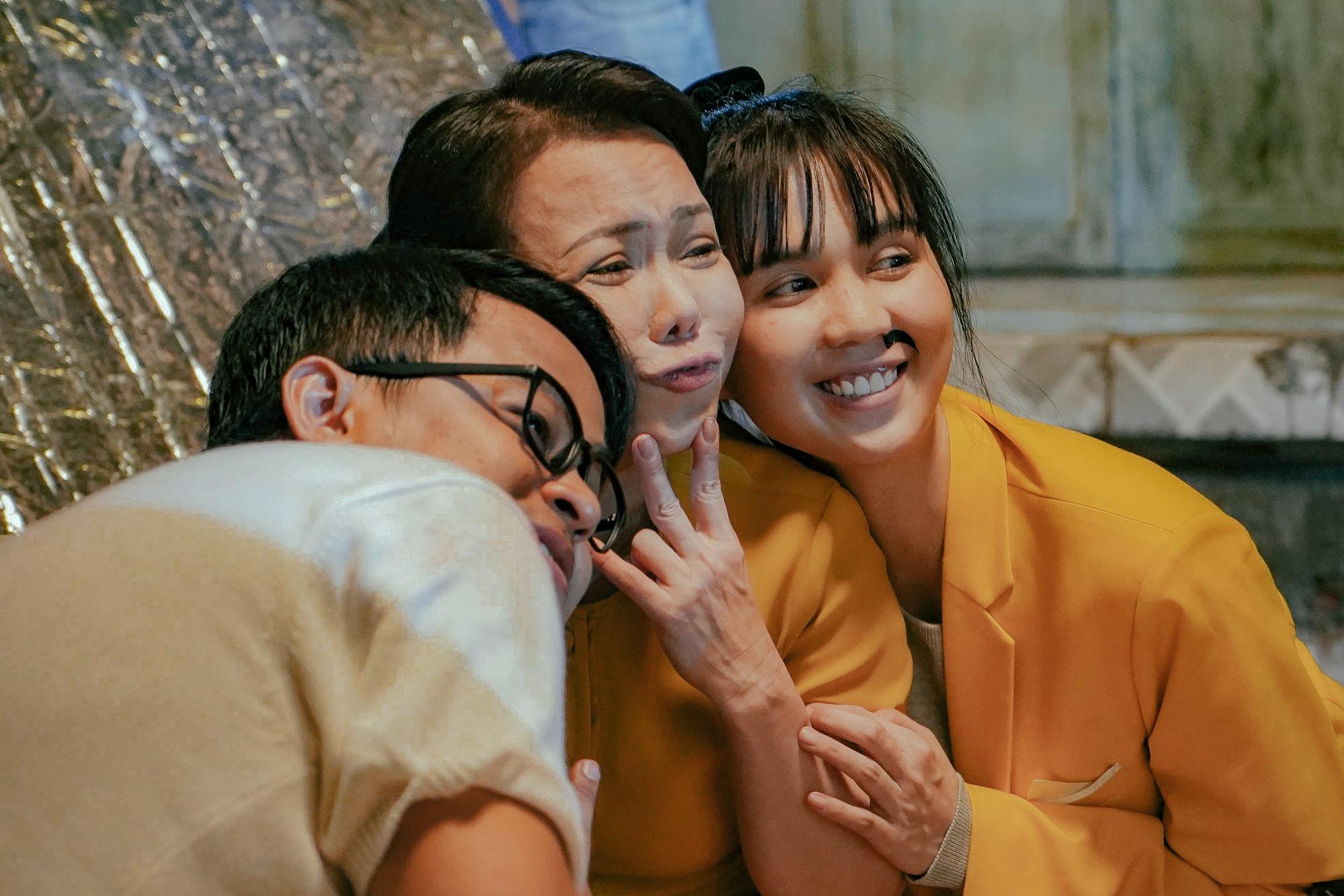 Ngoài Ngọc Trinh và Diệu Nhi, Việt Hương thành 'gái ế' nhiều tuổi trong 'Vu quy đại náo' 1