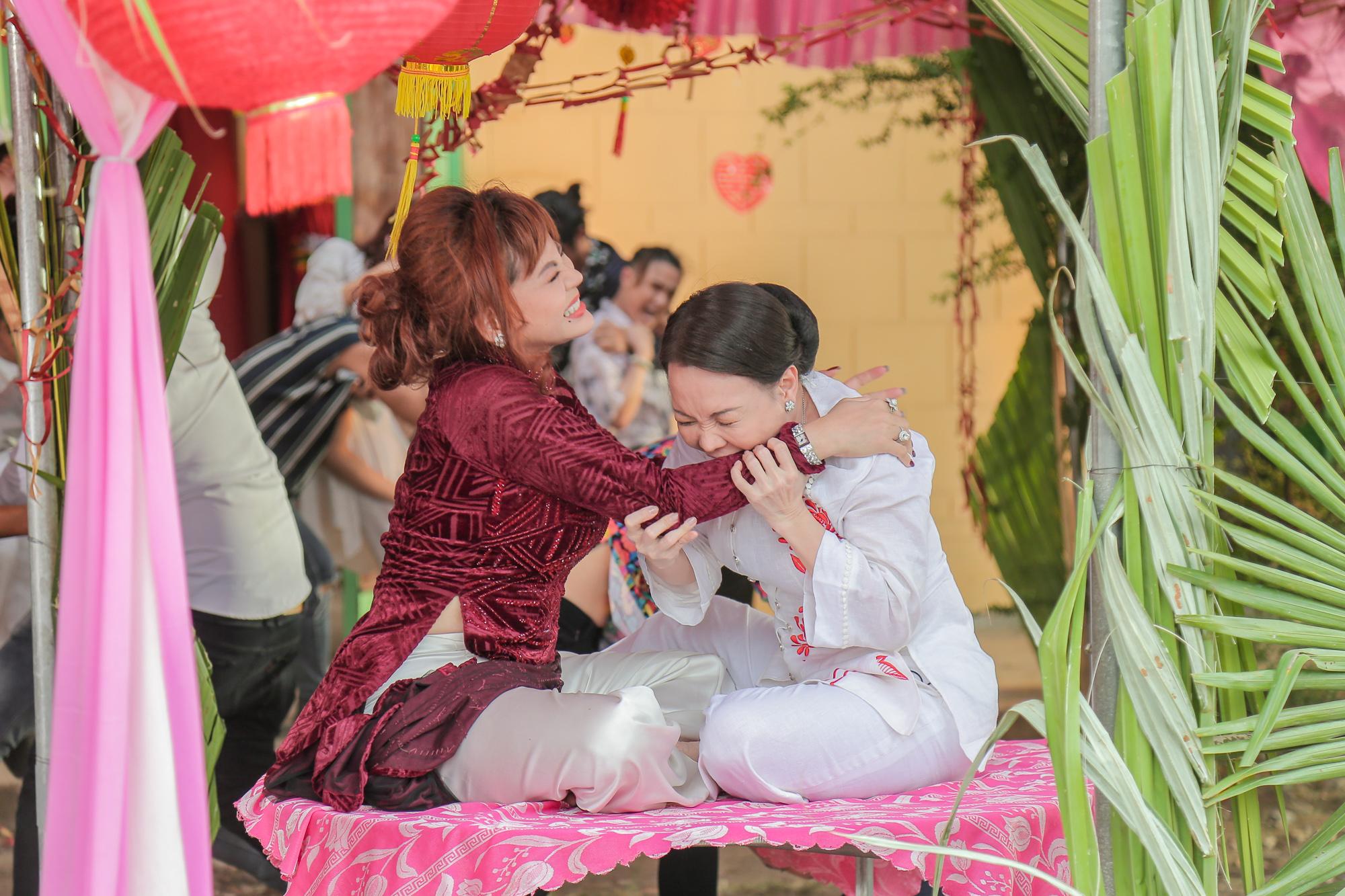 Ngoài Ngọc Trinh và Diệu Nhi, Việt Hương thành 'gái ế' nhiều tuổi trong 'Vu quy đại náo' 4