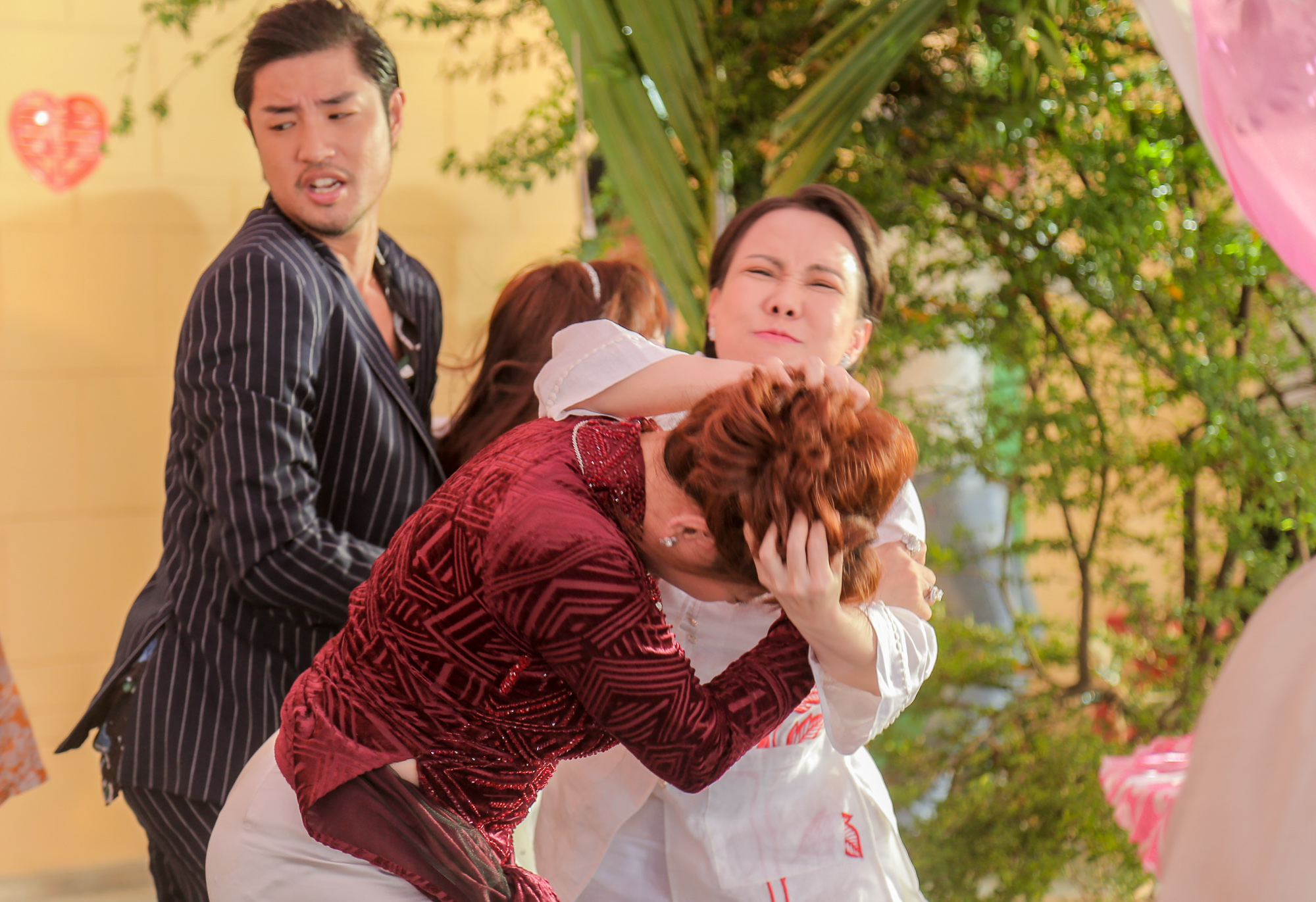 Việt Hương và Lê Giang đánh lộn trong phim.