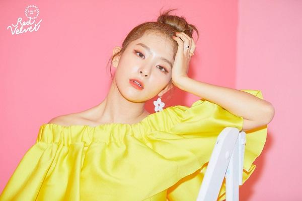 Seulgi (Red Velvet) khoe làn da trắng mịn trong chiếc áo trễ vai bèo nhún vàng rực.