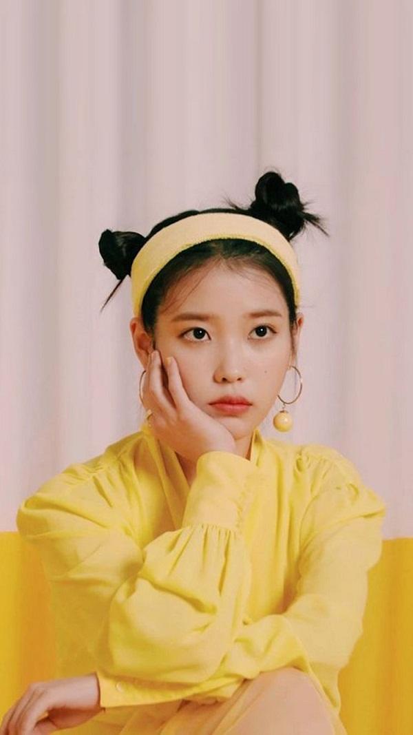 Trong MV 'BBIBI', IU diện cả cây vàng nổi bật từ băng đô, khuyên tai, áo, váy cho đến giày cao gót.