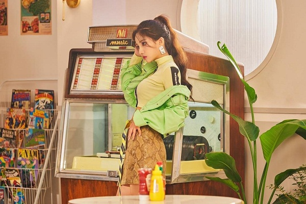 Với tạo hình girlcrush đầy cá tính, Soyeon ((G)I-DLE) rất biết cách lăng xê gam màu neon 'khó nhằn'. Bằng chứng là sự kết hợp hài hòa giữa áo jacket, áo crop-top, chân váy chữ A và thắt lưng kẻ sọc thời thượng.