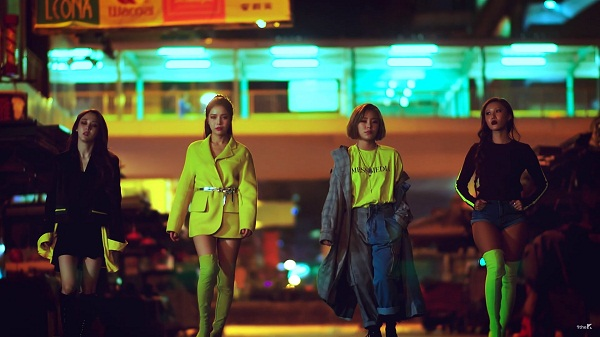 MAMAMOO 'nổi bần bật' trong những item áo thun, áo dạ, boots nhuốm đậm sắc xanh neon.