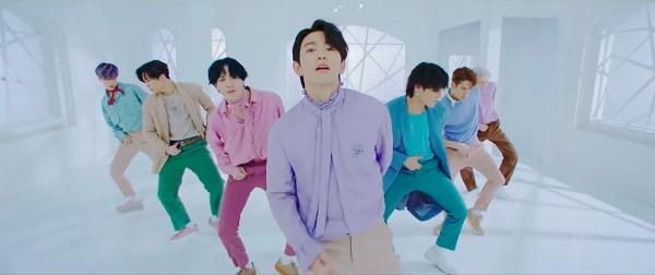 Trong khi đó, GOT7 lại hóa thân thành những 'chàng thơ' khi diện áo sơ mi bèo nhún cùng quần âu nhiều màu sắc trên nền background trắng xóa.
