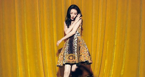 Sunmi tỏa sáng như một nữ hoàng khi diện váy liền xòe họa tiết da báo cách điệu.