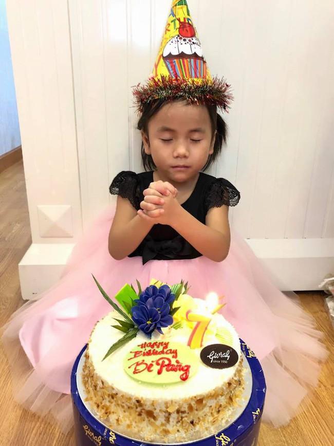 Gia đình bố mẹ nuôi tổ chức sinh nhật cho bé Pàng