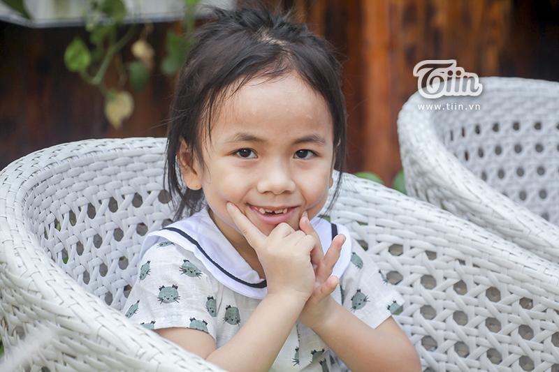 Một năm được cưu mang, em bé Mường Lát ngày nào đã khỏe mạnh, tươi cười cùng bố nuôi khám phá Sài Gòn 7