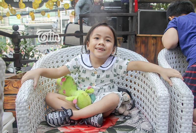 Một năm được cưu mang, em bé Mường Lát ngày nào đã khỏe mạnh, tươi cười cùng bố nuôi khám phá Sài Gòn 8