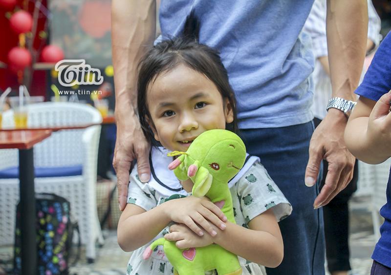 Một năm được cưu mang, em bé Mường Lát ngày nào đã khỏe mạnh, tươi cười cùng bố nuôi khám phá Sài Gòn 10