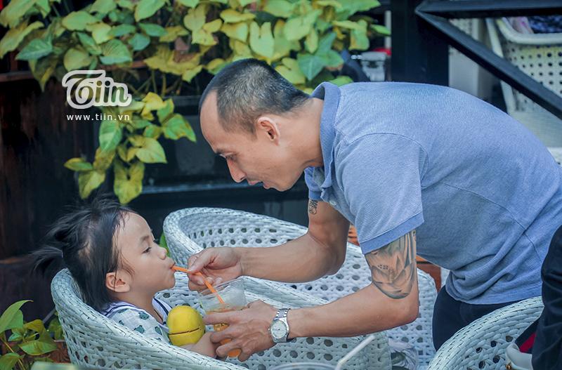 Một năm được cưu mang, em bé Mường Lát ngày nào đã khỏe mạnh, tươi cười cùng bố nuôi khám phá Sài Gòn 11