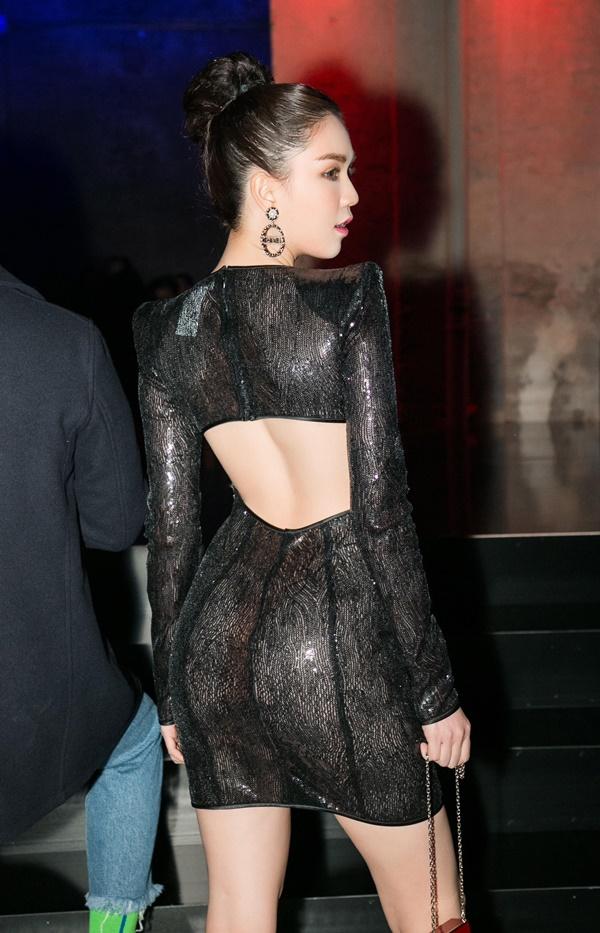 Ngọc Trinh sexy với váy ôm body khoét lưng