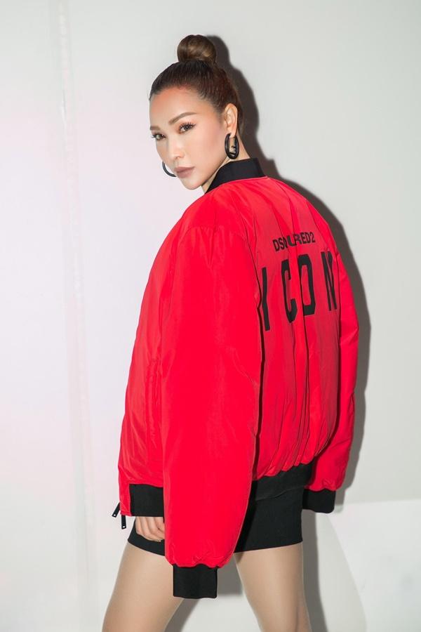 Quỳnh Thư cá tính với chiếc áo khỏa đỏ nổi bật