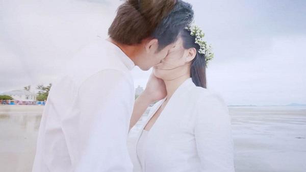Hương và Tường trao cho nhau nụ hôn ngọt lim, kết thúc một chuyện tình.