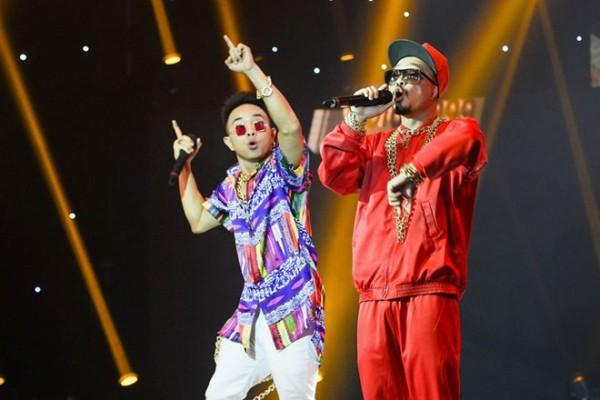 Phúc Bồ và Hà Lê trình diễn trong chương trình âm nhạc.