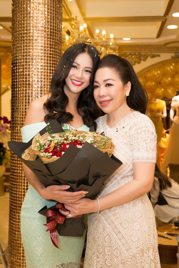 Bất ngờ với món quà hoa hậu Phương Khánh dành tặng NTK Linh San ngày Giỗ tổ ngành may 2
