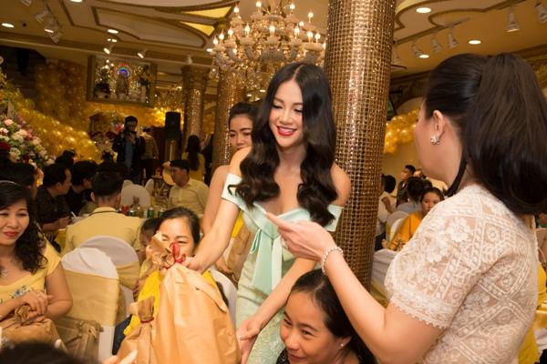 Bất ngờ với món quà hoa hậu Phương Khánh dành tặng NTK Linh San ngày Giỗ tổ ngành may 3