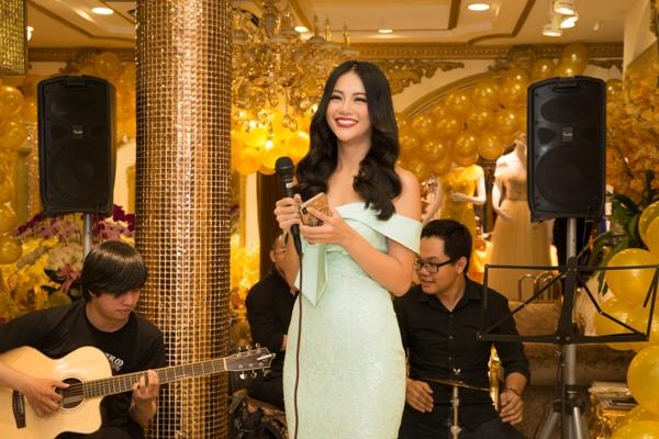 Bất ngờ với món quà hoa hậu Phương Khánh dành tặng NTK Linh San ngày Giỗ tổ ngành may 4
