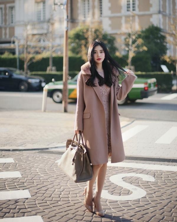 Vẫn tiếp tục là style nữ tính, duyên dáng nhưng bạn có thể đổi áo dạ dáng ngắn thành áo dạ dáng dài và kết hợp cùng với váy ren ton sur ton. Đừng quên những phụ kiện đi kèm như túi xách hay giày cao gót cũng nên chọn item mang màu sắc đồng điệu với trang phục nhé!