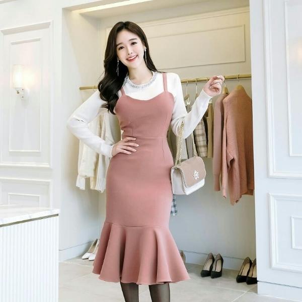 Váy hai dây mát mẻ hoàn toàn có thể tận dụng vào trong tủ đồ mùa Tết nếu bạn biết cách mix match hợp lí. Chỉ cần phối chiếc váy hai dây tông hồng pastel với chiếc áo thun dài tay màu trắng là đã hoàn thiện một bộ cánh thời trang hết sức tinh tế.