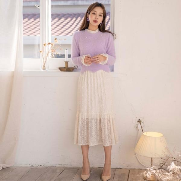 Không thể phủ nhận những sắc màu pastel nhẹ nhàng cực kì phù hợp khi sánh đôi với tông trắng tinh khôi. Cũng vẫn là chiếc áo len màu tím pastel, bạn gái có thể F5 phong cách khi mix nó cùng với chân váy ren màu trắng dịu dàng.